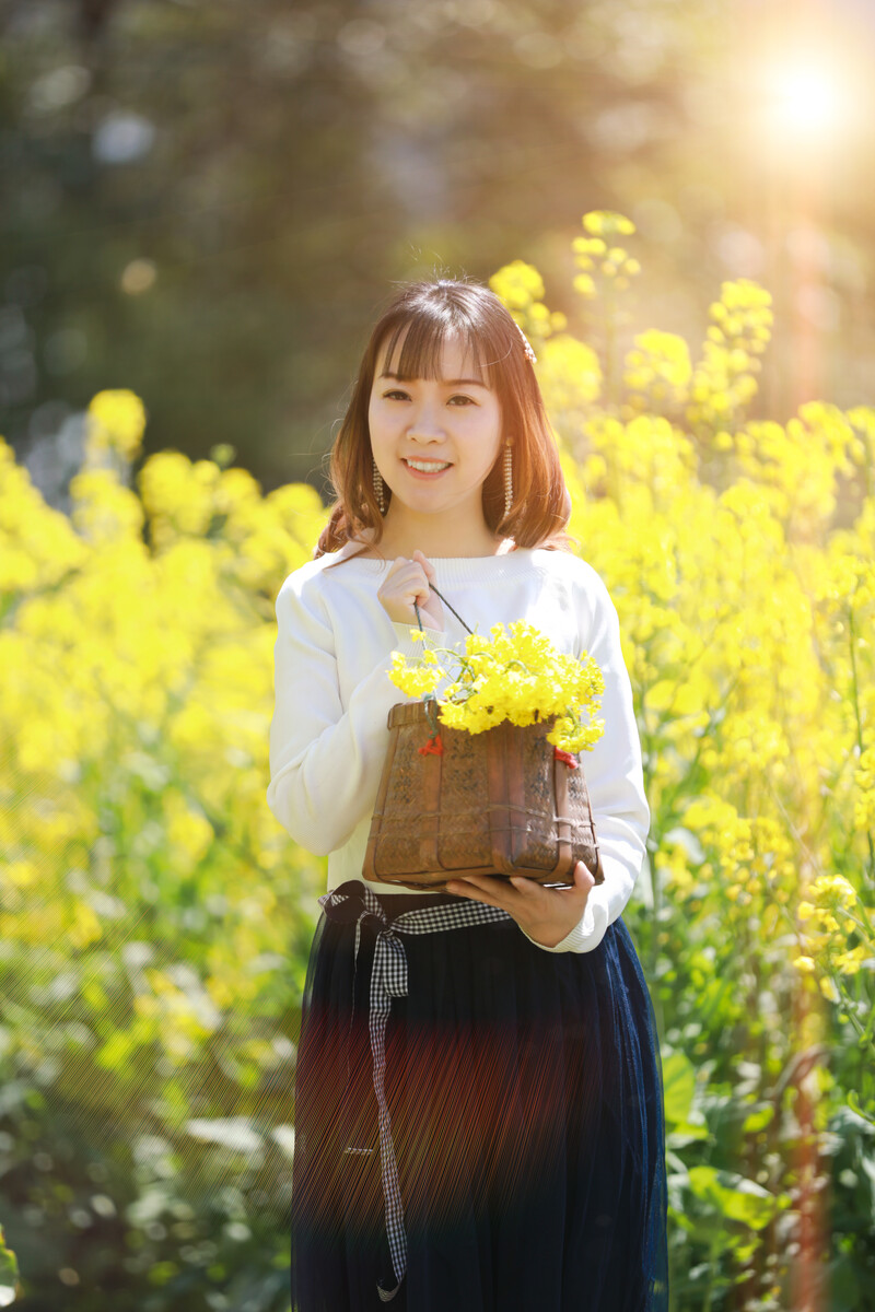 """有一种很平凡的花叫油菜花;它的花语是:""""你想要的都会有,你既已满身光芒向我走来,我必定已星野万里赠你…"""""""